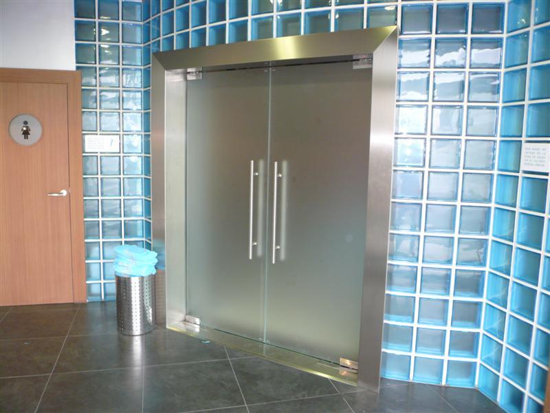 Casmon puertas y escaparates for Puertas de metal con vidrio
